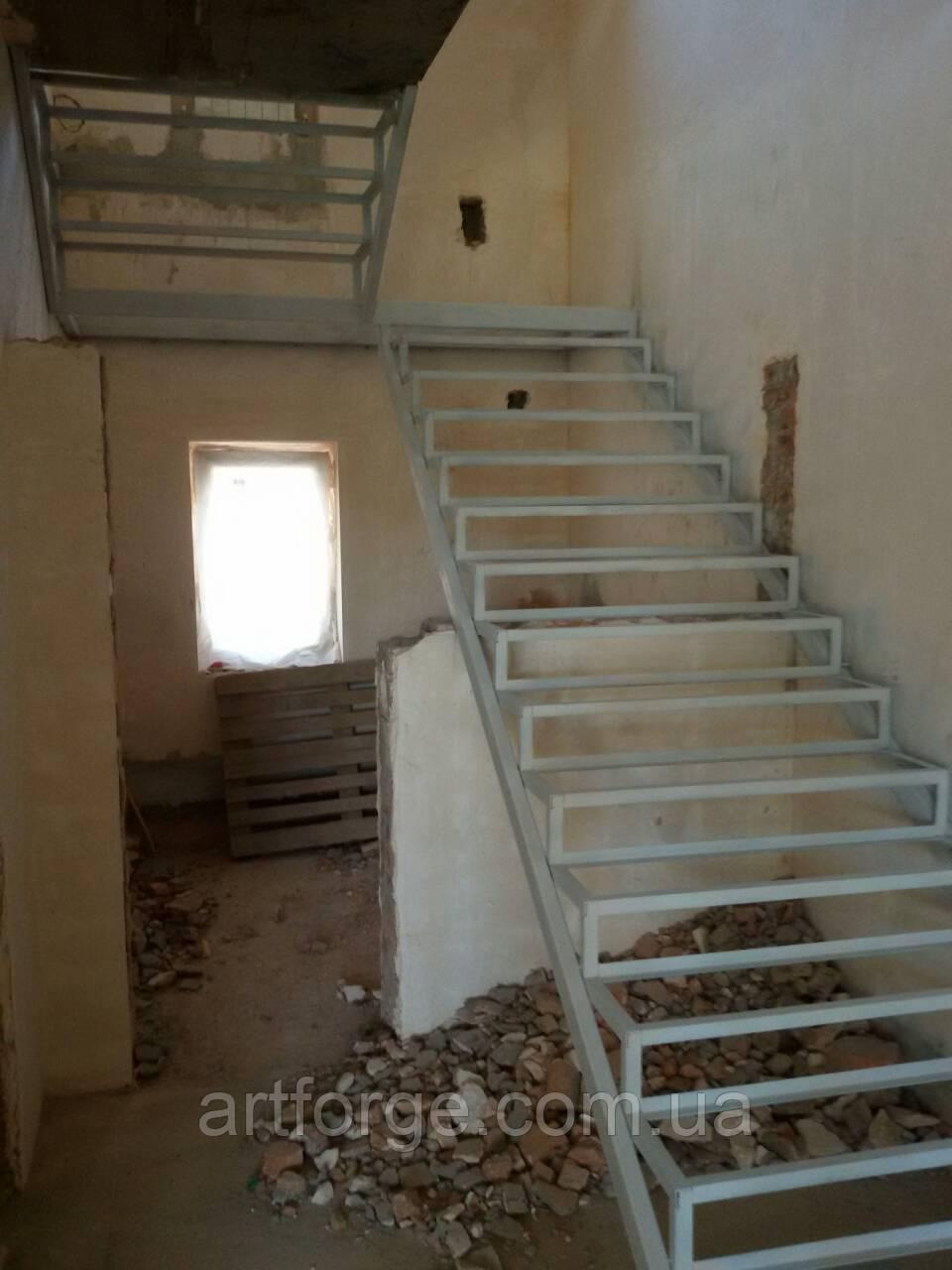 Металлокаркас П-образной лестницы с площадкой