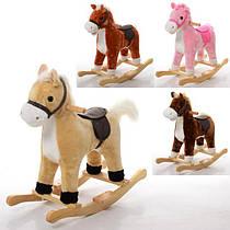 Лошадки - качалки плюшевые разных цветов.