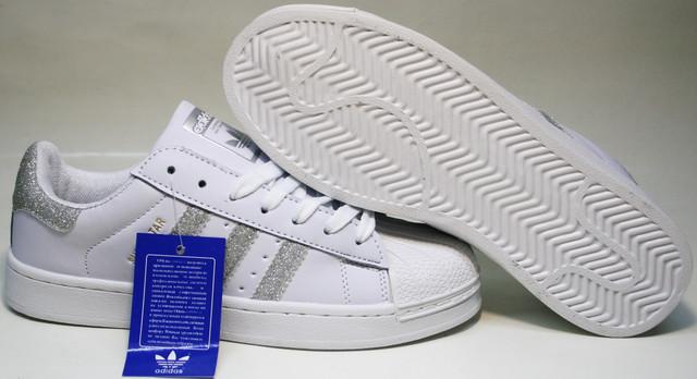 """Adidas Superstar изготовители сделали на подошве в тон. Из полиуретана и ЭВА. """"Ракушка"""" на носке оберегает пальцы."""