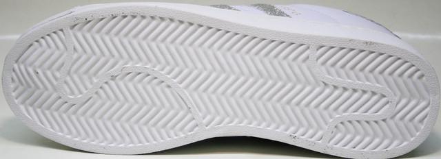 Подметка цепко держится за сухие и мокрые поверхности. При контакте с неровностями и дефектами покрытия защищает ногу. Механические повреждения исключаются.