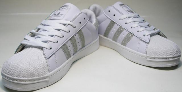 Белые кроссовки с частями, что сверкают на свету, стильно выглядят, способны подарить комфорт и самовыражение.