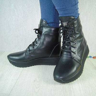 Женские ботинки из натуральной кожи черного цвета на устойчивой подошве