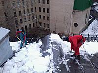 Очистка альпинистами крыши от снега и наледи