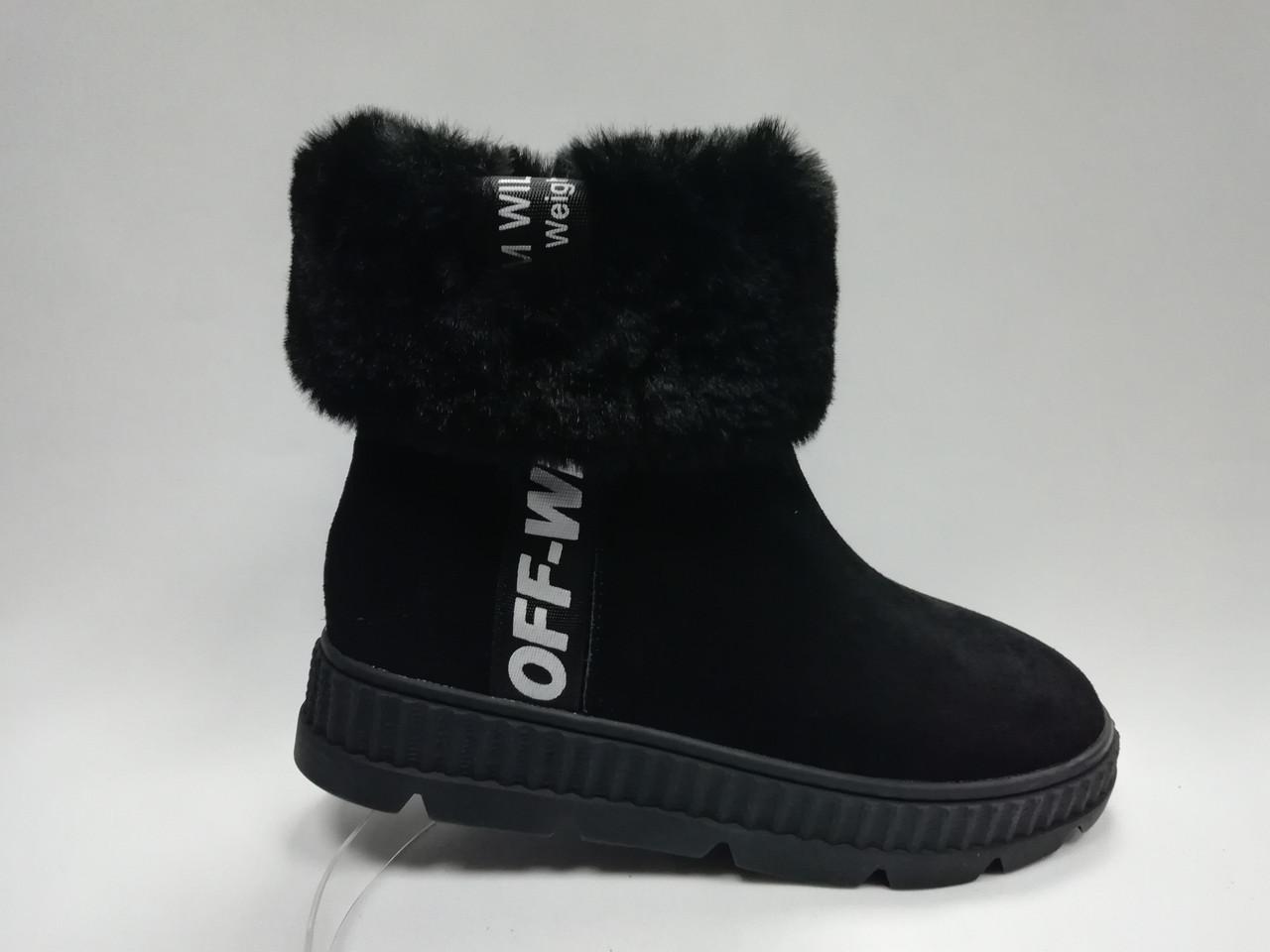 Черные стильные замшевые ботинки.