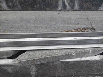 Непрофессиональная установка антискользящей алюминиевой полоски неизбежно приведет к дополнительным расходам. Почему это происходит - изложено в этой статье
