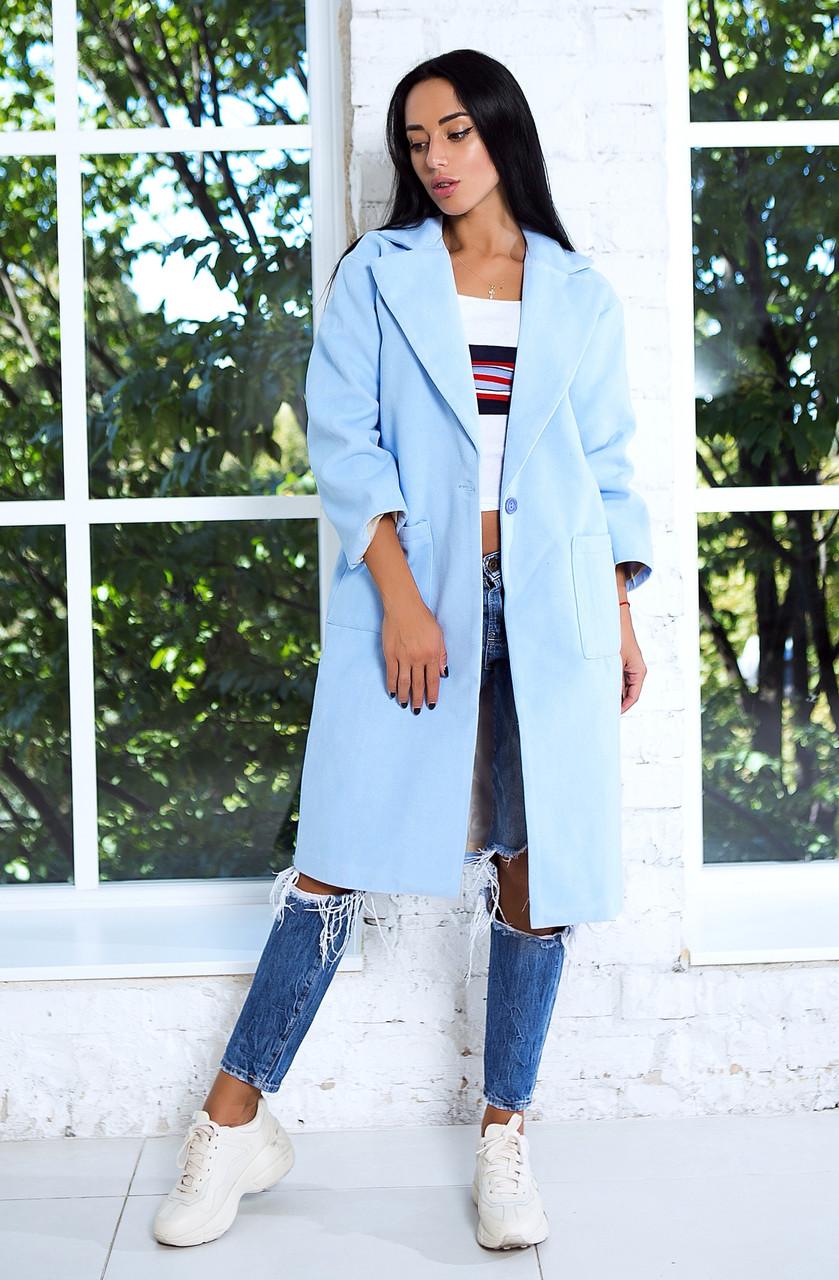 Стильное пальто прямого силуэта с крупными накладными карманами по бокам. Рукава 3/4.