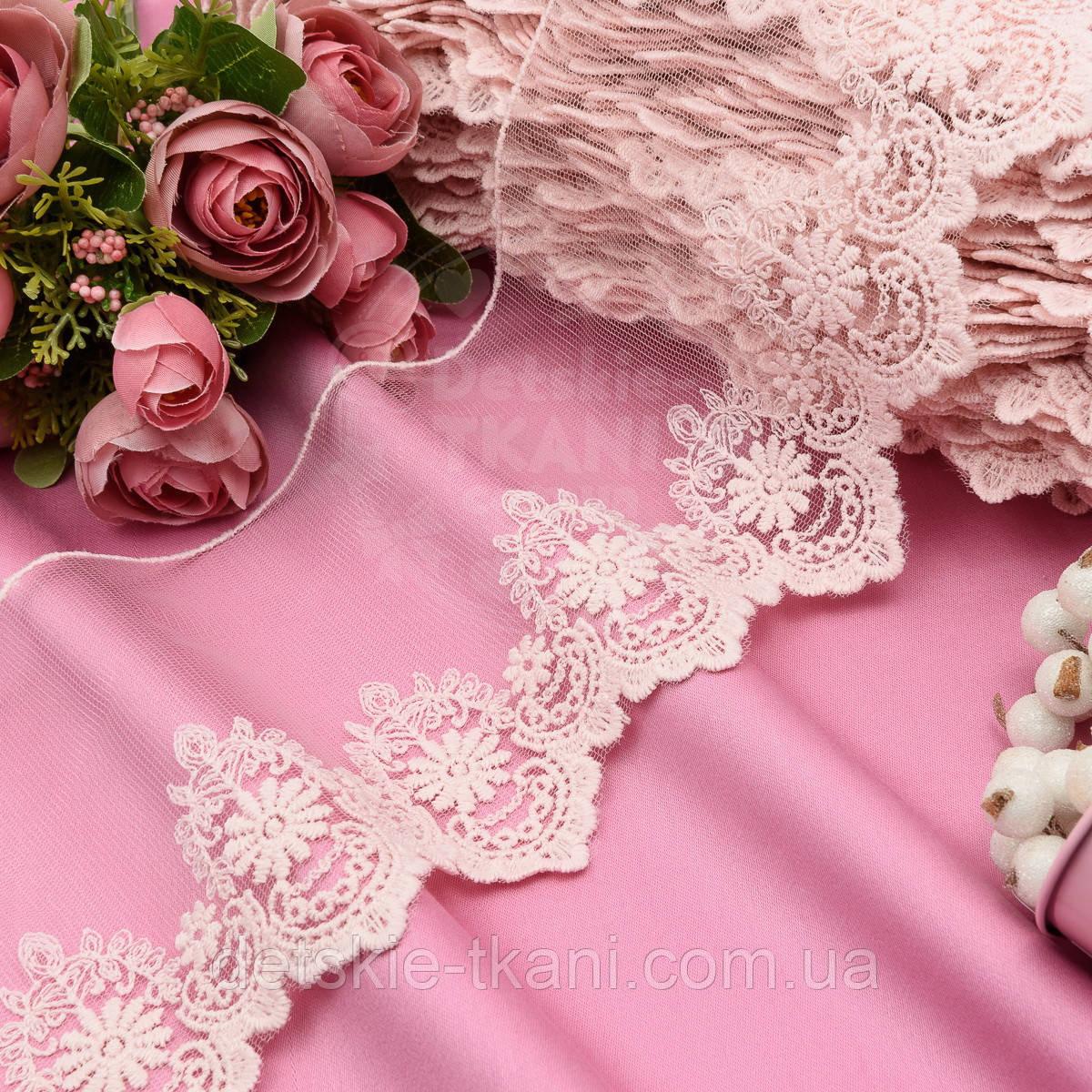 Кружево с вышивкой по одному краю, цвет светло-розовый, ширина 13 см