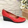 """Жіночі шкіряні туфлі на танкетці, колір червоний. ТМ """"Maestro"""", фото 2"""