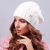 Вязаная молочная женская шапка
