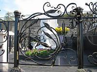 Кованая художественная оградка на кладбище