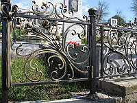Кованая оградка с розами