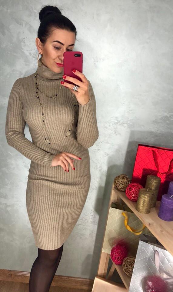 69b0242acf9 Трикотажное женское платье футляр под горло бежевого цвета -  Интернет-магазин ZeBazar - одежда