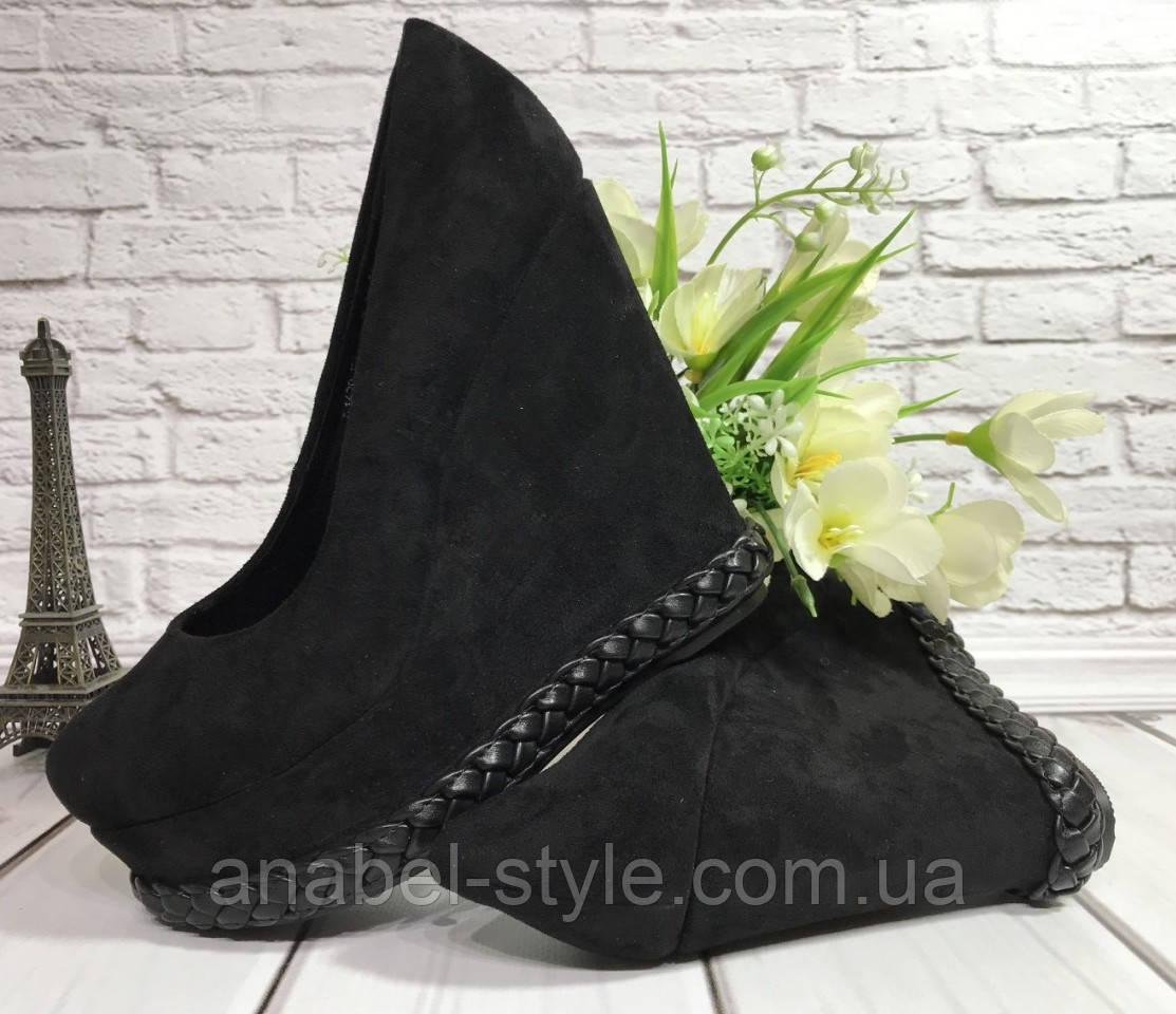 Туфли замшевые черного цвета на танкетке снизу украшены косичкой Код 1792