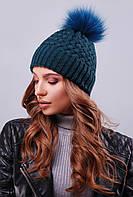 Женская теплая вязаная шапка с меховым помпоном темно-зеленая