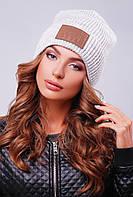 Универсальная молодежная шапка-резинка с отворотом и нашивкой светло-серая