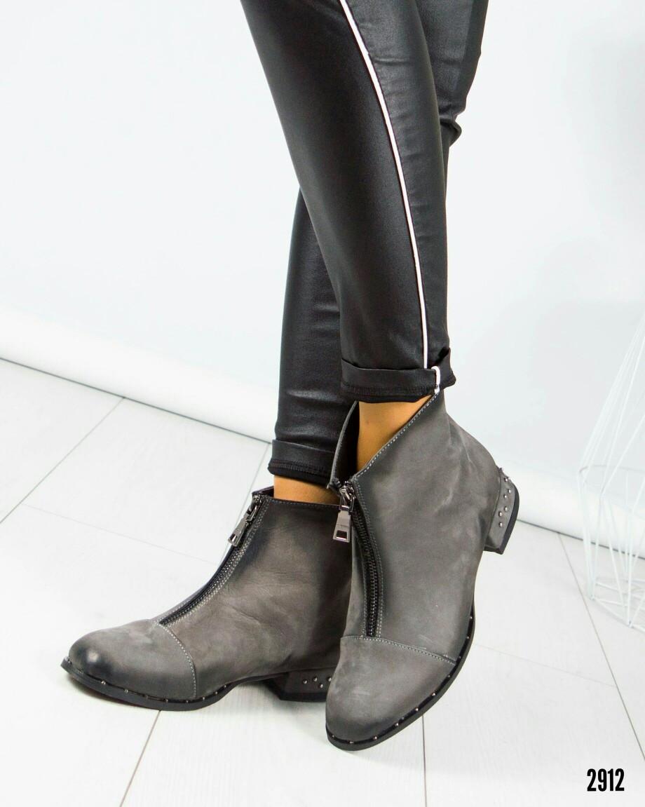 Ботинки Деми, с декорированным каблуком.Рабочая змейка спереди. Размер 36