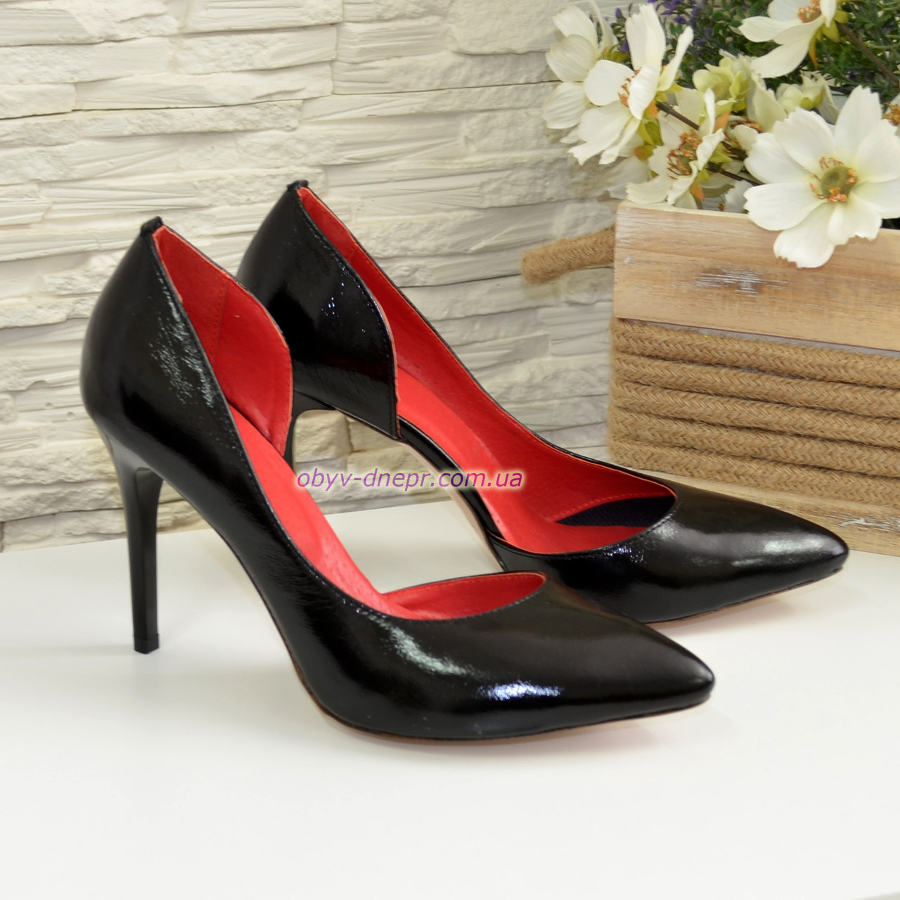 Женские черные лаковые туфли на шпильке