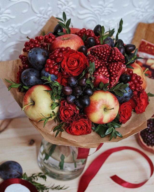 """Фруктовый букет с гранатом , виноградом, сливами и яблоками """"Свидание"""""""