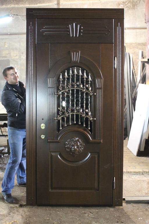 Двери из массива со львом