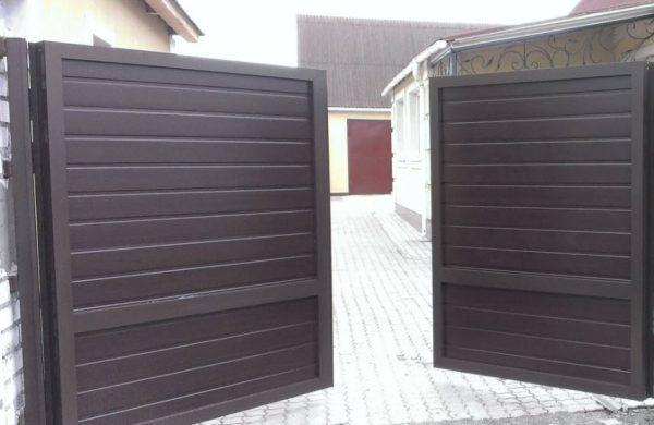 Распашные ворота 4500х2000 заполнение сэндвич-панелями