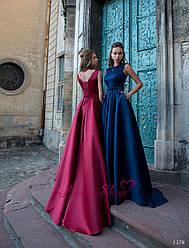 Длинное атласное вечернее платье без рукавов