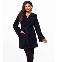 Женское пальто на пуговицах с карманами и капюшоном темно-синее