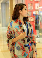 Бежевый женский шарф с ярким рисунком в виде пера, фото 1