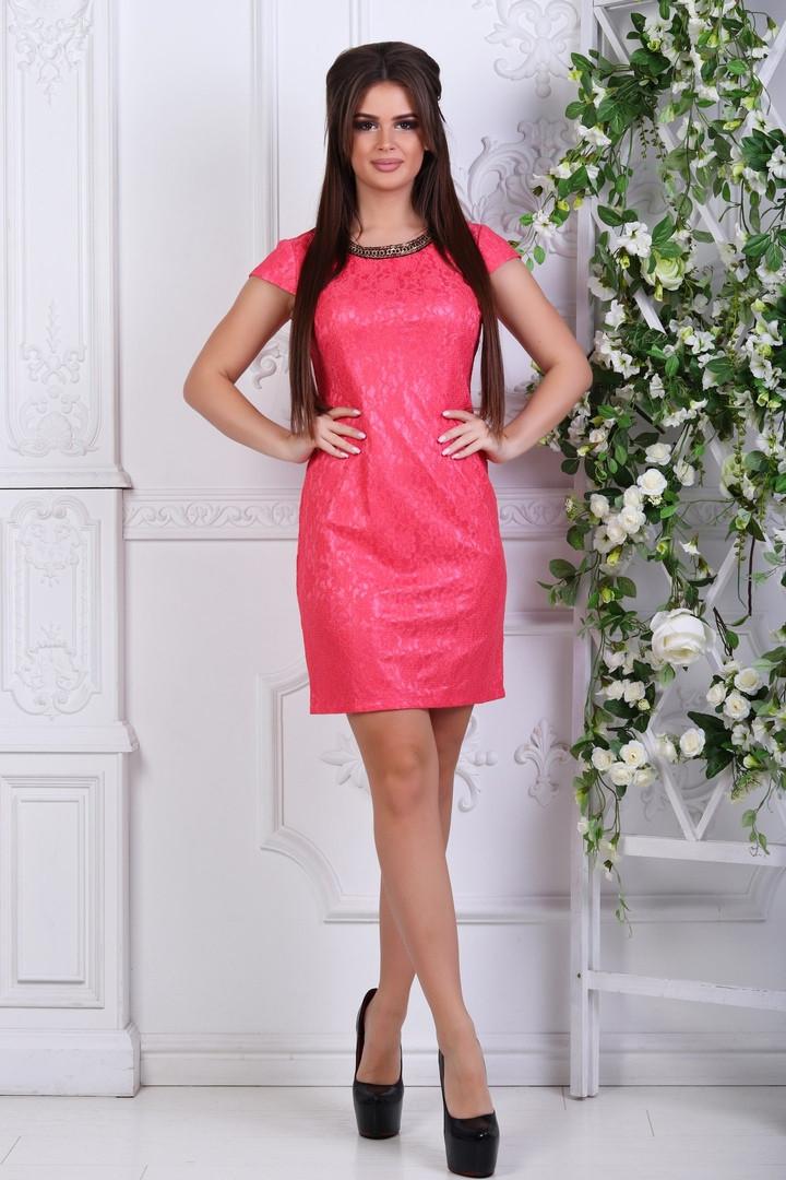 9d4bb0d6253 Коралловое нарядное прямое платье с коротким рукавом и украшением на шее.  Арт-1129