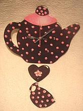 Часы настенные Чайник с чашкой коричневый в розовый горошек Часы для кухни Ручная работа