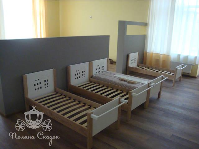 """Низкие кровати с карнизом для одежды, также оформлены декоративной фрезеровкой """"Городок"""""""