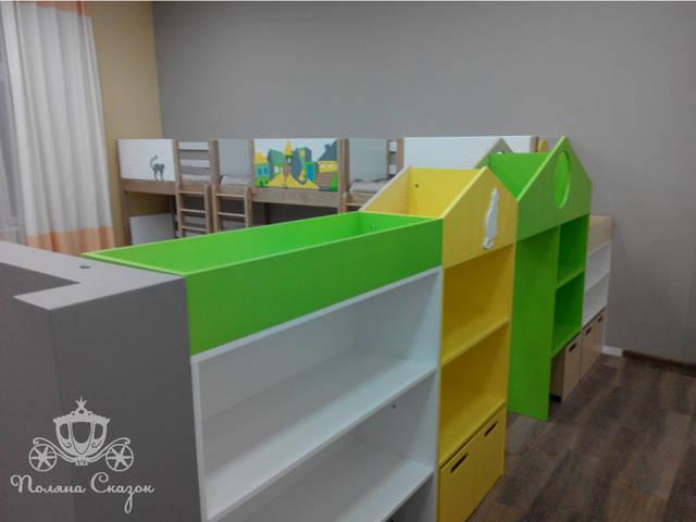 Функциональные стеллажи одновременно делят пространство на две зоны: спальню и игровую.