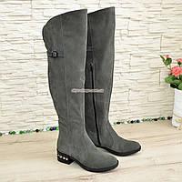 Ботфорты замшевые демисезонные на маленьком каблуке, декорированы ремешком. 38 размер