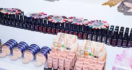 Фото стенда с популярными товарами для макияжа и маникюра