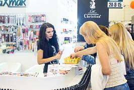 Покупательницы, выбирающие хорошие помады и блески для губ