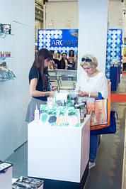 Менеджер по оптовым продажам Юлия показывает новинки декоративной косметики
