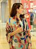 Бежевый женский шарф с ярким рисунком в виде пера опт