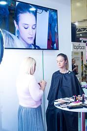Визажист Надежда Филиппова задумалась, увидев такой ассортимент декоративной косметики, а модель Александра готова к любому образу макияжа