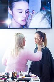 Настоящий профессионал-визажист должен и пальцами прочувствовать фактуру косметических средств