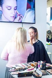 На стенде выставке профессиональному визажисту Надежде Филипповой был предоставлен большой выбор декоративной косметики