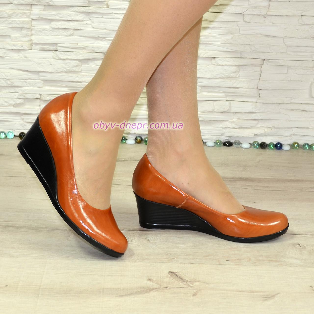 Женские кожаные туфли на невысокой танкетке, цвет рыжий