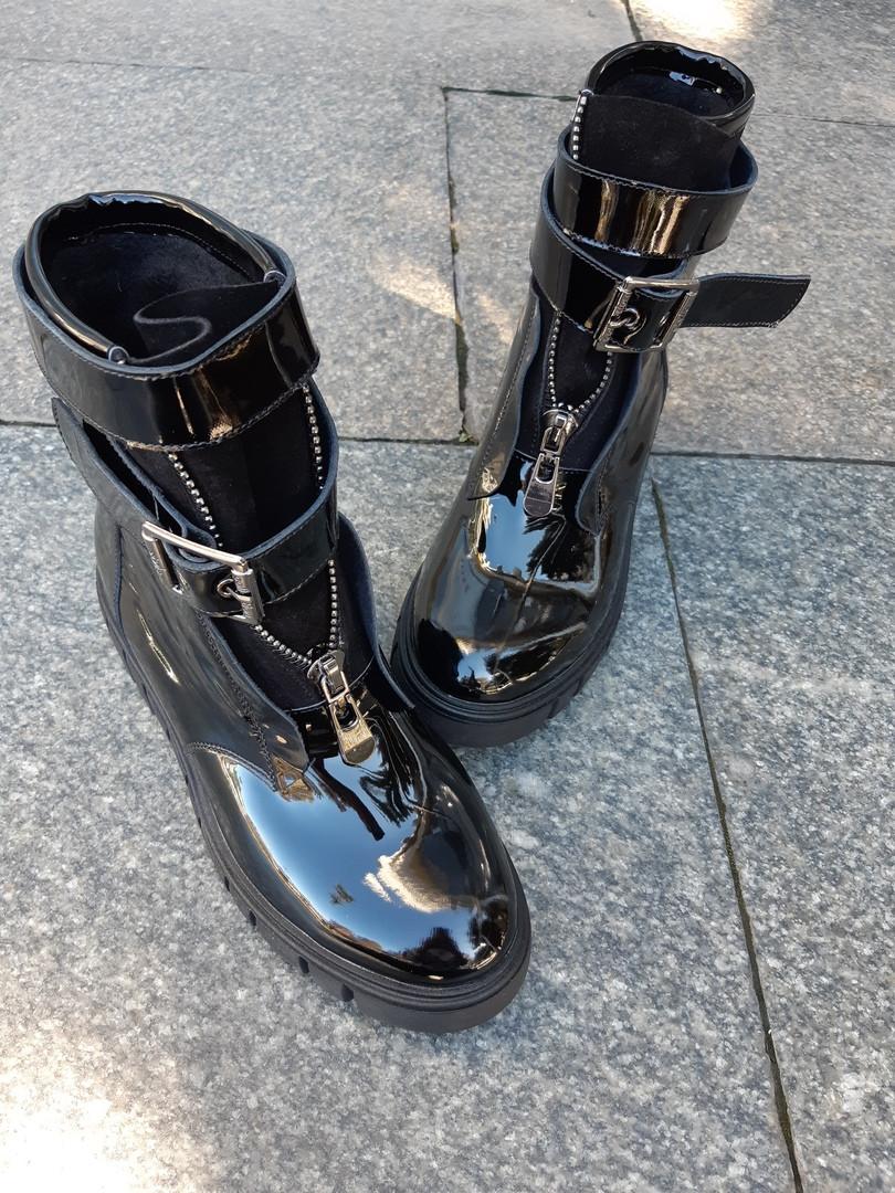 Черные женские ботинки на байке из натуральной лакированной кожи