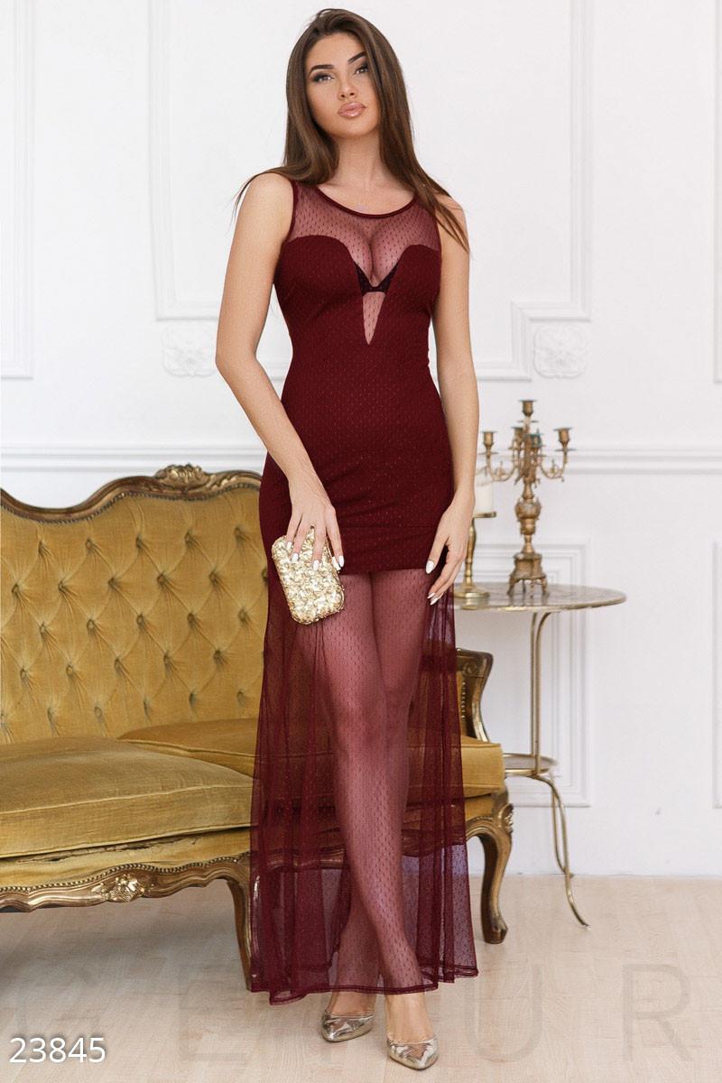 Смелое платье с глубоким вырезом цвета марсала