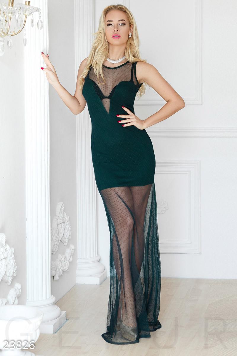 Смелое платье с глубоким вырезом изумрудного цвета