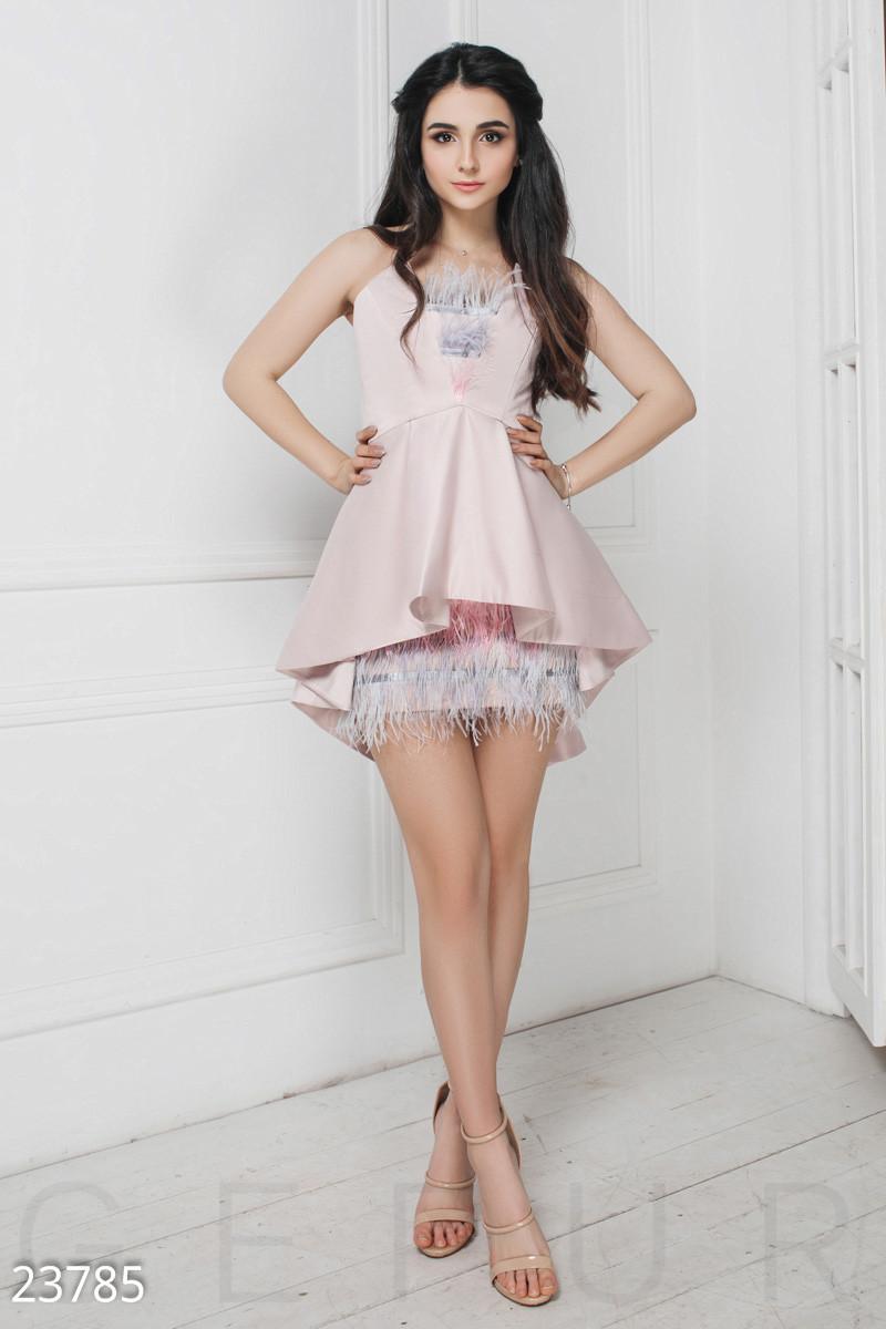 Уникальное короткое платье розового цвета со страусиным пером