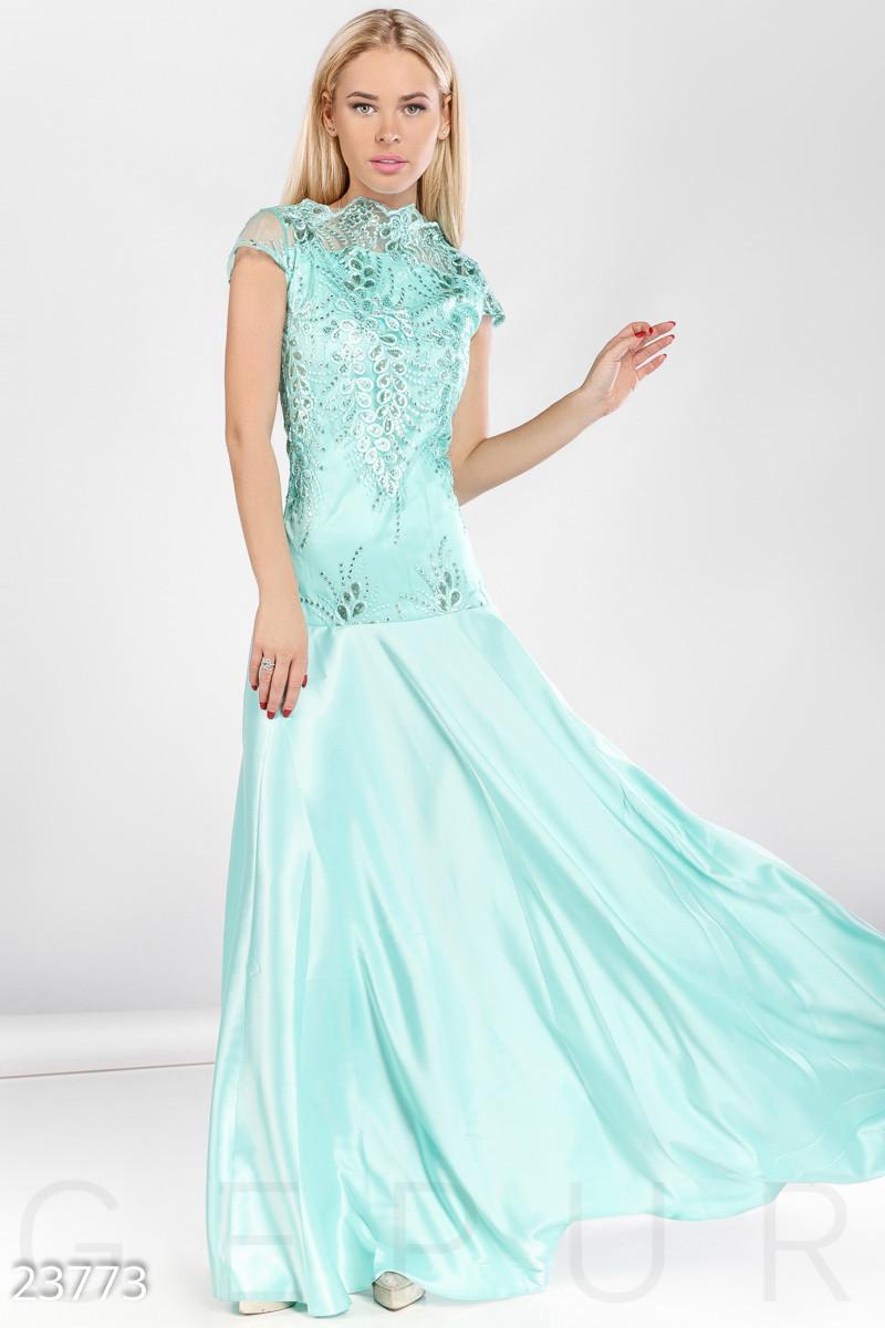 Вечернее приталенное платье макси нежно голубого цвета
