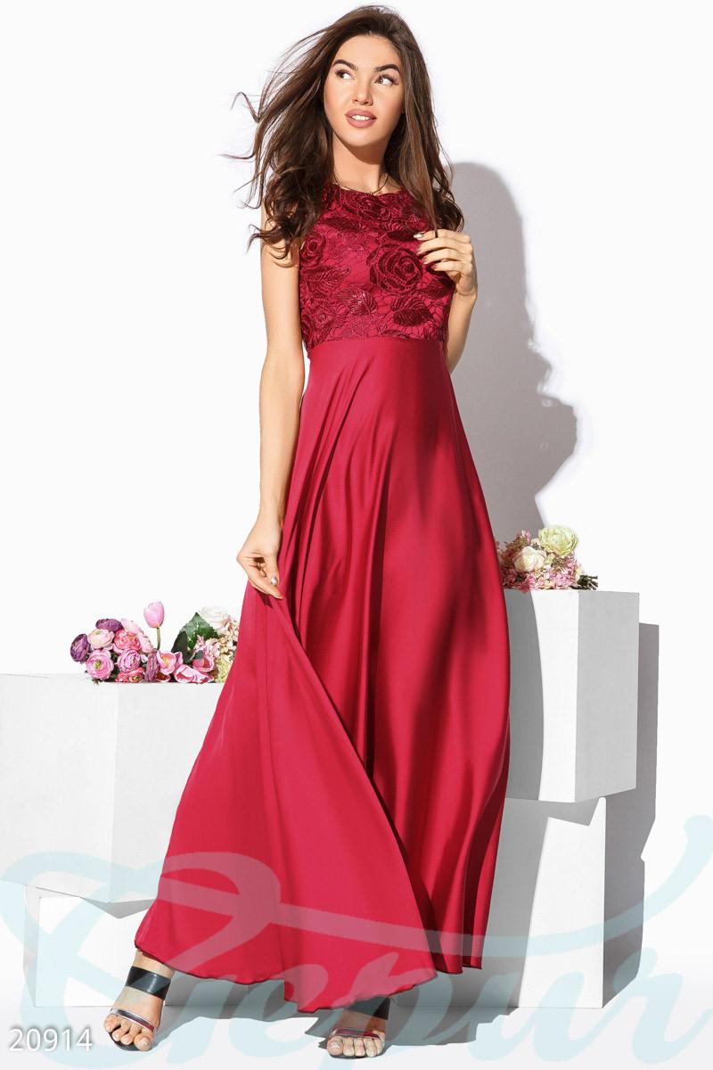 Атласное красное платье макси с гипюровым верхом