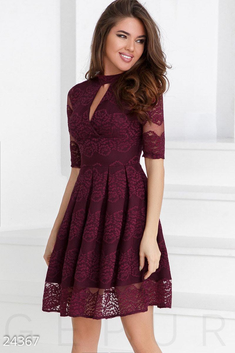 Гипюровое праздничное платье бордового цвета с декольте на запах