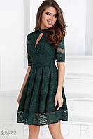 Гипюровое праздничное платье темно-зеленого цвета с декольте на запах