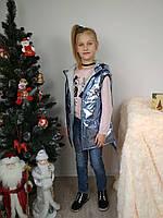 Демисезонная жилетка дутик для девочки с капюшоном голубого цвета