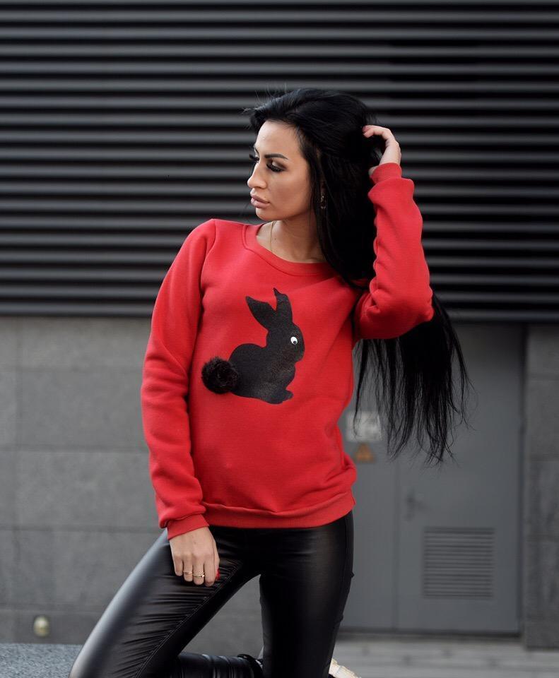 Женский свитшот трехнить утеплен флисом с зайцем цвет красный